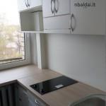 nastandartiniai-baldai-balta-maza-virtuve-1