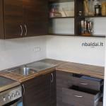 nestandartiniai-baldai-ruda-kampine-virtuve-4
