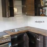 nestandartiniai-baldai-ruda-kampine-virtuve-5